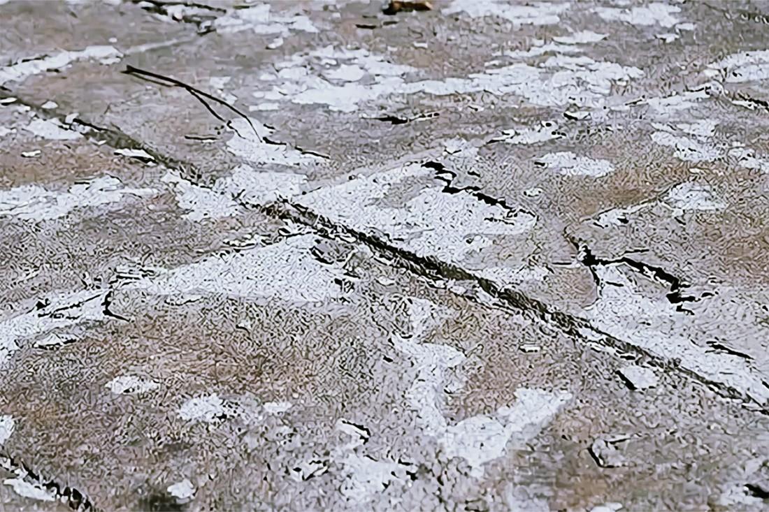 Промороженный участок бетона