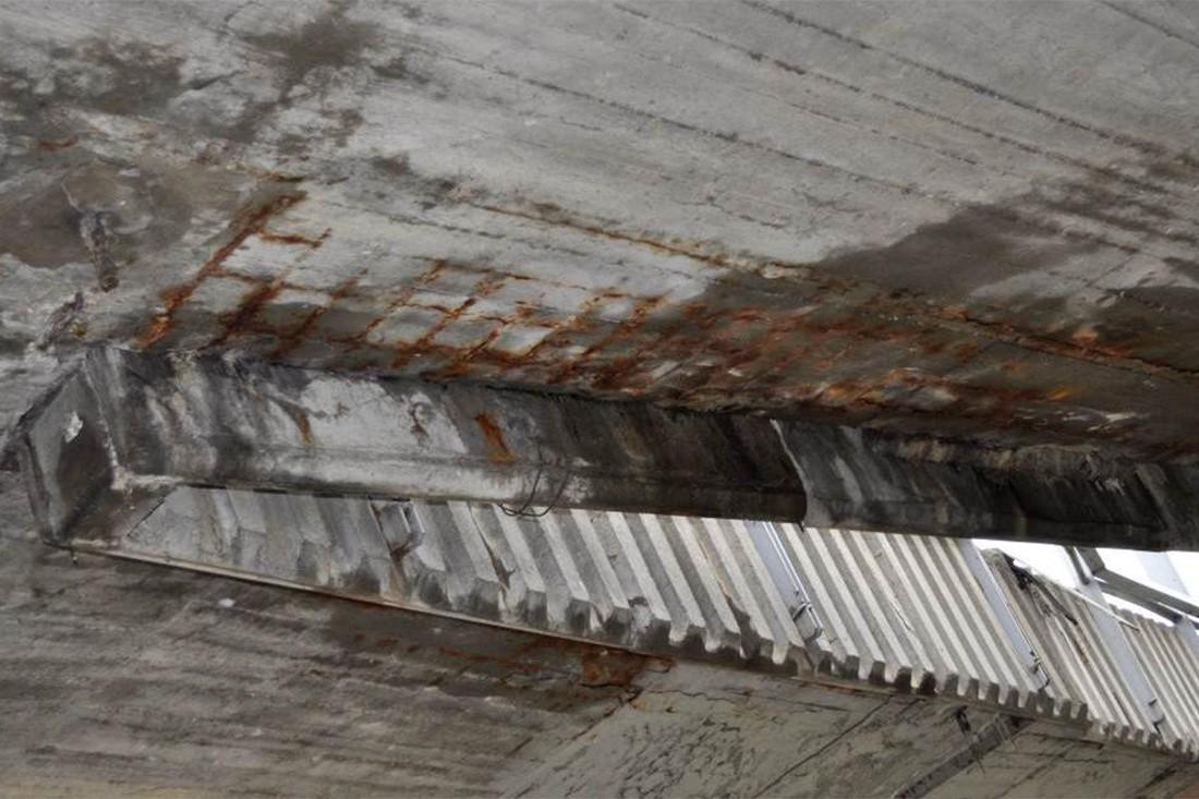 Места протечек воды и коррозия арматуры