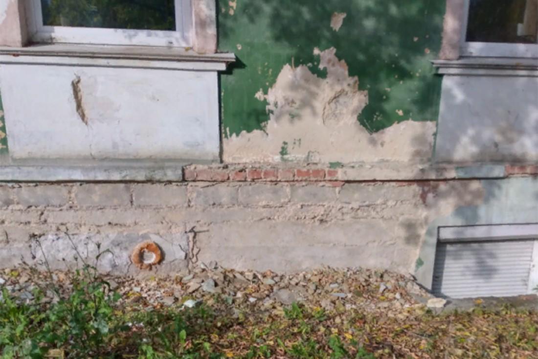 Разрушение цокольной части фасада здания