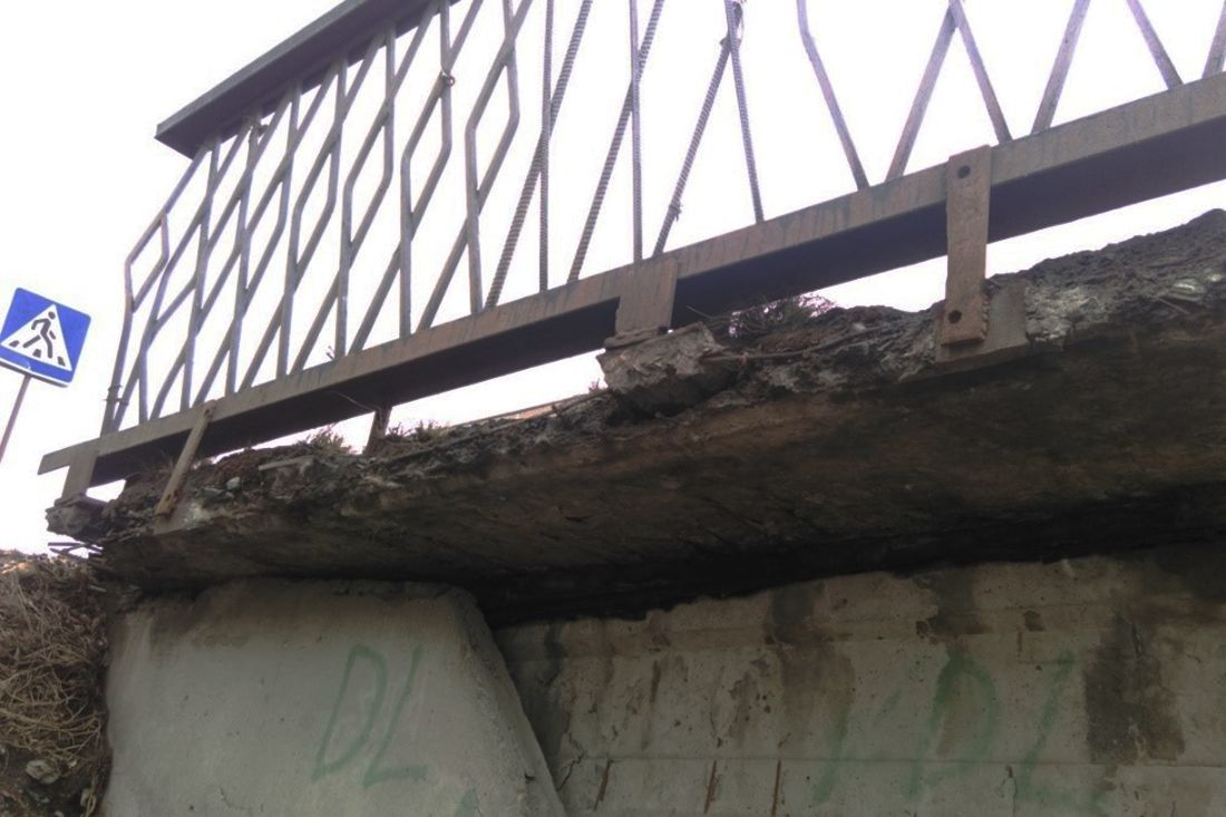 Разрушение консольных плит тротуара путепровода